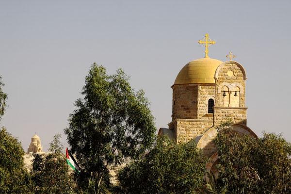 Stätte der Taufe Jesu am Jordan. Die Kirche im Vordergrund steht auf palästinensischem Hoheitsgebiet, die hintere befindet sich bereits in Jordanien.