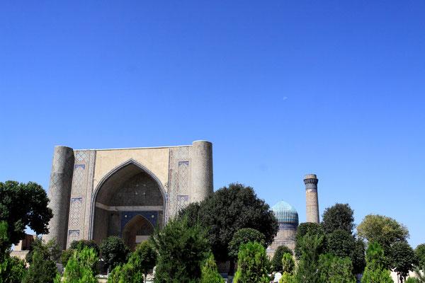 In unmittelbarer Nähe des Basars steht die Bibi-Xanom-Moschee. Mit dieser Moschee wollte Timur die großartigste Moschee der Welt bauen, die eine irdische Nachbildung des Paradieses werden sollte.