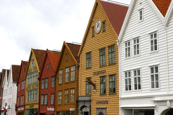 in Bergen: der Stadtteil Bryggen 1343 errichtet als Handelsniederlassung der Hansestadt Lübeck unterstellt.