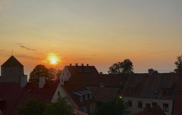 Herrlicher Sonnenuntergang über den Dächern von Visby.