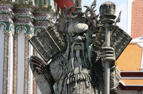 Eingang zum Wat Pho mit chineschischen Wächtern