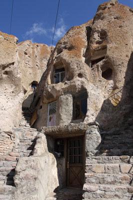 Wie in Kappadokien (Türkei) haben sich auch hier durch Erosion die kegelförmigen Felsspitzen herausgebildet.