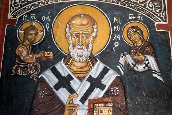 Zu den besonders interessanten Fresken gehört die Darstellung des Mannes, der den Bau bezahlt hat, rechts von ihm jemand, der der größer abgebildeten Gottesmutter symbolisch ein Modell der Kirche übergibt.