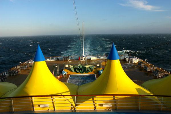 Das Heck des Schiffes mit großer Lounge, Pool und Liegeflächen