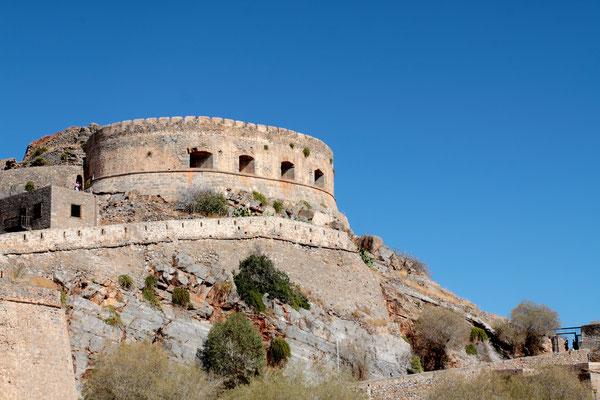 Zur Geschichte-Im 15. Jahrhundert errichteten die Venezianer auf Spinalonga eine Burg. Sie hielten die Festung, trotz heftiger türkischer Angriffe, noch fast 50 weitere Jahre.