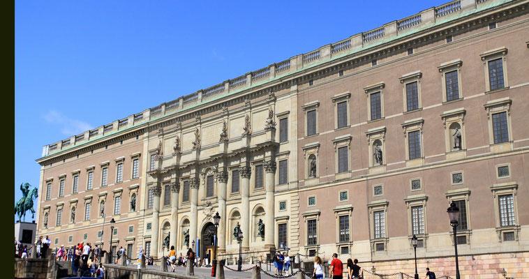 Das Stockholmer Schloss ist das königliche Schloss in der Altstadt Gamla Stan. Es beherbergt heute die Büros des Königs und anderer Mitglieder der königlichen Familie. Es dient nur noch repräsentativen Zwecken und wird nicht mehr bewohnt.