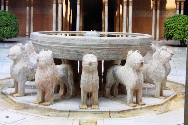 Ein von 12 steinernen Löwen getragener Springbrunnen gibt dem Hof seinen Namen. In allen Himmelsrichtungen flankiert von den 4 Strömen des Paradieses-ein Gefühl von Unendlichkeit.