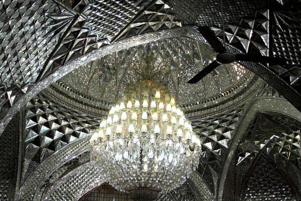 Im Inneren des Mausoleums spiegeln sich millionenfach die Glasfacetten in einem traumhaften Lichtspiel
