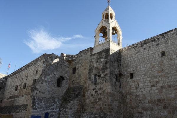 Bethlehem - hier zur Geburtskirche Jesu Christi kommen ebenso wie zur Grabeskirche in Jerusalem Pilger aus aller Welt