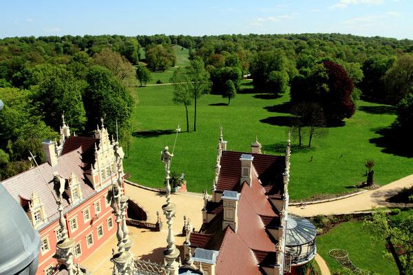 Mit einer Gesamtfläche von 830 Hektar ist er der größte Landschaftspark Zentraleuropas im englischen Stil. Zu sehen auch die Sandsteinfiguren von 1863, die der damalige Eigentümer, Prinz der Niederlande, installieren ließ.