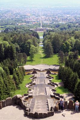 Die UNESCO-Welterbestätte erstreckt sich  über die 350 Meter langen Kaskaden bis hinunter zum Schloss Wilhelmshöhe.