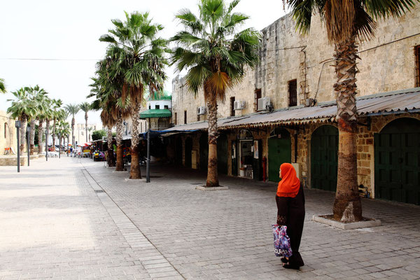 Im Suk von Akko findet man kleine Restaurants und kann orientalisches Markttreiben erleben.