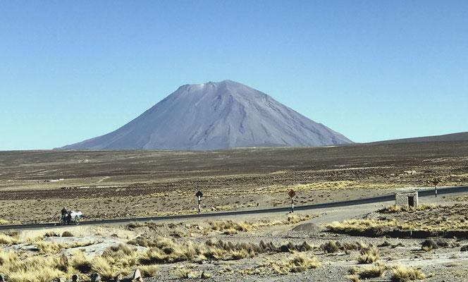 Nur 97 km von Arequipa aus mit Ziel Colca-Tal führt die Panamericana über den 4.900 m hohen Pass zum Aussichtspunkt....