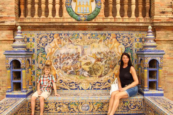 An den Wänden ist ein Repertoire von Sitzbänken und Ornamenten aus Fliesen ausgestaltet, die die 48 Provinzen Spaniens präsentieren.