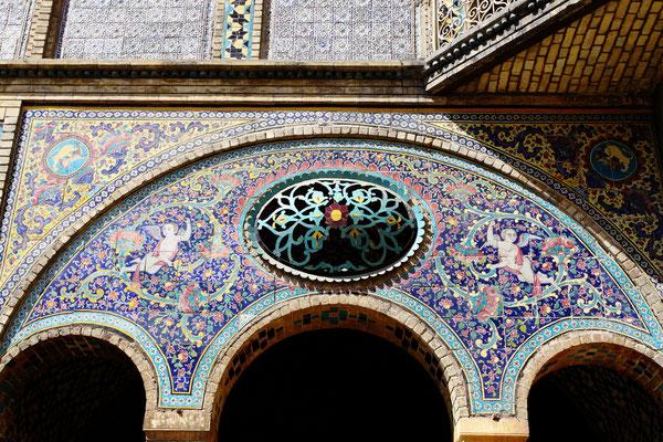 Wie überall an den historischen Bauten aus der Safawidenzeit auch hier filigrane Mosaiken.