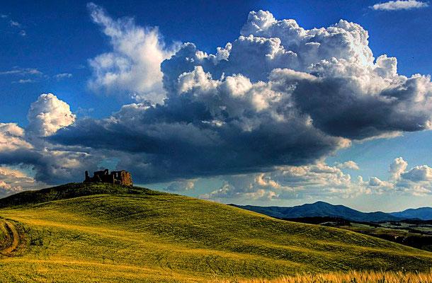 Volterra liegt etwa 50 Kilometer südlich von Pisa und 50 Kilometer vom Mittelmeer entfernt. Die Stadt gilt mit ihrem spektakulären landschaftlichen Umfeld als eine der schönsten in der Toskana.