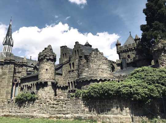Die Löwenburg ist einer der Höhepunkte im UNESCO-Welterbe Bergpark. Errichtet 1793-1801 als fiktiver Stammsitz sowie pseudomittelalterliche Burgruine, durch die Verwendung von Tuffgestein als Baumaterial sah sie wesentlich älter aus, als in Wahrheit.
