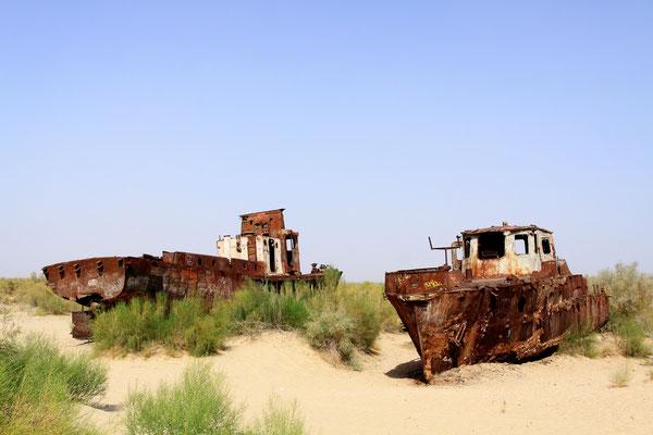 Direkt am Ufer sind die verbliebenden rostigen Schiffswracks aufgereiht, die der Aralseekatastrophe nicht entronnen sind.