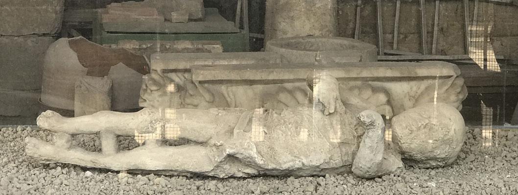 Die Gipsabgüsse der Leichen zeigen stets ihre letzte Korperhaltung und sind und sind zum Schutz in Glaskästen ausgestellt.