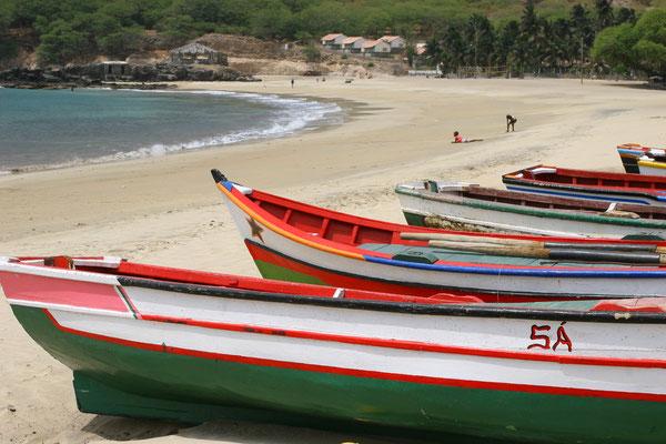 traditionelle Fischerboote an einsamen Stränden