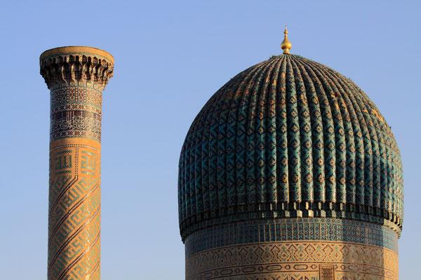 Die Kuppel des Grabmals wirkt von weitem blau, aber durch die Vereinigung von Mosaiken mit verschiedenen Komplementärfarben ist der Effekt zu jeder Tageszeit anders. Am Abend leuchtet das Farbspiel besonders schön.