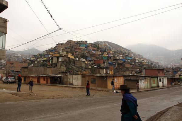 Die andere Seite von Lima: ein Streifzug durch die Barrias Jovenes, die Armenviertel der Stadt,  zeigt auf, wie 60 % der Bewohner Limas, also ca. 6 Mio. Menschen, wohnen.