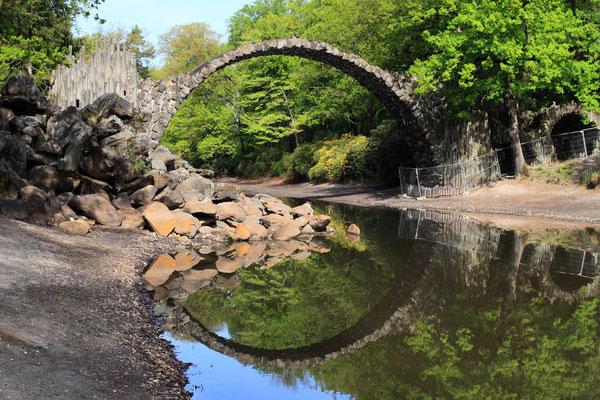 Ein Kuriosum stellt die Rakotzbrücke im Rhododenronpark Kromlau dar. Wie aus einem  Märchenpark entsprungen, sieht sie  mystisch, verwunschen und düster aus