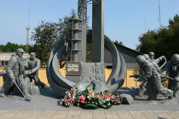 zum Heldengedenken der 70 Feuerwehrleute, die durch Strahlenüberdosis beim Löschen des Reaktors ihr Leben ließen
