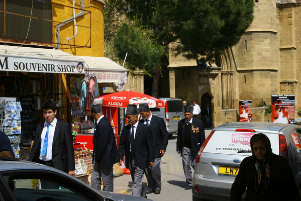 Es gibt sie noch, die türkischen Patrioten, ordenbehangen, nach dem Freitagsgebet in der Moschee