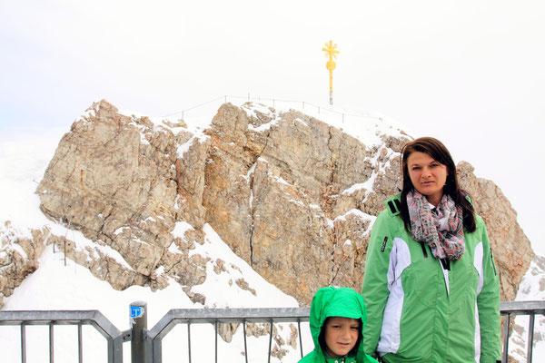 Das Zugspitzmassiv liegt südwestlich von Garmisch-Partenkirchen  und bildet die regionale Grenze zwischen Bayern und Tirol.