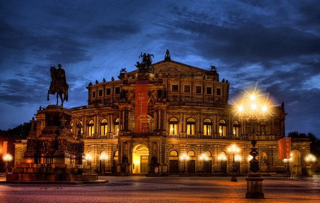 Semperoper von Gottfried Semper, erbaut 1871-78, der ursprüngliche Bau war 1869 abgebrannt, Der Rundbau in den Formen der italienischen Frührenaissance wurde als eines der schönsten europäischen Theater berühmt