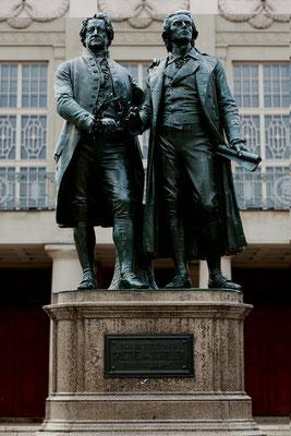 Goethe und Schiller: Wenn man ein Wahrzeichen benennen wollte für Weimar, dann das: Seit 1857 stehen Goethe und Schiller, erschaffen von Ernst Rietschel, auf dem Theaterplatz.