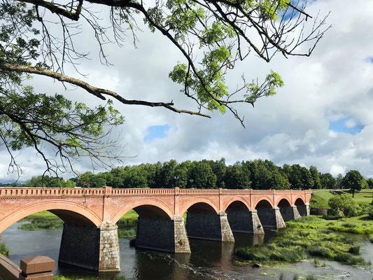 Über dem Fluss Venta mit seinen Stromschnellen spannt sich die große Ziegelsteinbrücke.  Die 1874 errichtete Brücke ist mit 164 Metern und sieben Bögen eine der längsten Backsteinbrücken in Europa und eines der Wahrzeichen.