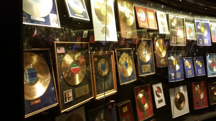 Sie gehört mit rund 400 Millionen verkauften Tonträgern zu den erfolgreichsten Bands der Musikgeschichte. Eine nicht enden wollende Galerie von Gold- und Platinschallplatten zeugen von dem enormen Erfolg der Gruppe.