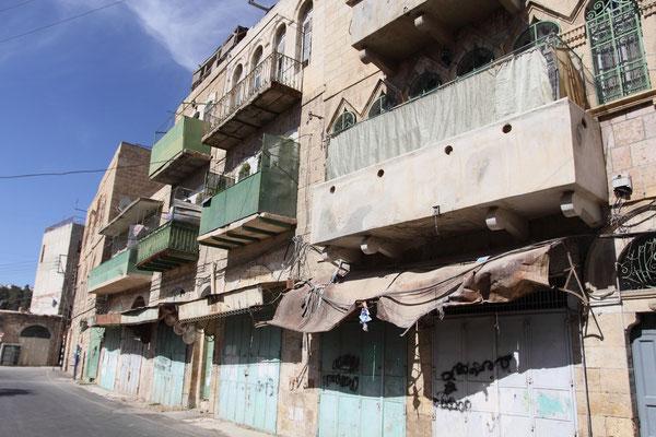 Shuhada-Straße in der Altstadt von Hebron: früher eine geschäftige Straße zum zentralen Markt, heute nur tote Verbindungsstraße zu den jüdischen Siedlungen; die Palästinenser mussten ihre Häuser verlassen.