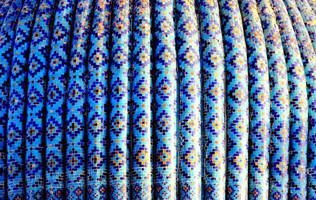 Türkisblaue Ornamente, glanzvolles Golddekor in seinen reichhaltigen  Mustern in Medresen und Moscheen wie hier in den Kuppeldetails des Mausoleums Gur Emir zu sehen ist.
