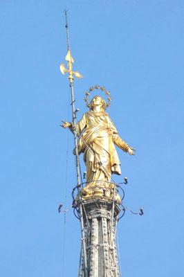 Auf der zentralen Turmspitze prangt eine weithin sichtbare vergoldete Madonnenstatue