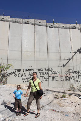 Durch die Zerschneidung Ostjersusalems werden z.B. Schulkinder gezwungen, einen weiten Weg durch die Checkpoints zu gehen, um dort Stunden zu verharren.