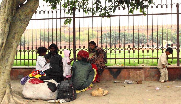 300.000 Obdachlose und Straßenkinder gibt es in Delhi, 300 Mio. leben an und unterhalb der Armutsgrenze in Indien.