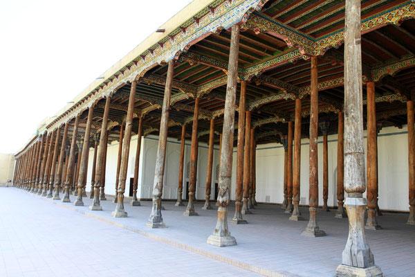 40 Säulen mit ausgiebigen Dekorationstechniken schmücken den Palast im Inneren.