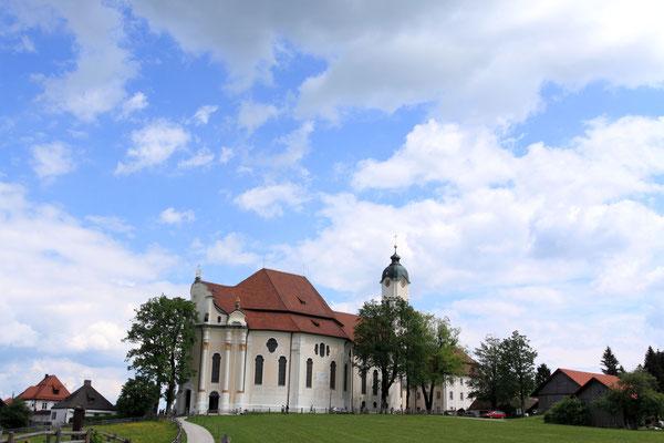 Die Wieskirche-ursprünglich eine kleine, im Jahre 1740 erbaute Feldkapelle sieht man sie heute in Form vollendeter Rokokokunst.