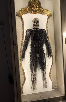 In der Krypta der Capella Sansevero das Ergebnis eines makaberen Experiments : das versteinerte Arteriengeflecht zweier Toter , denen der wahnsinnige Fürst bei lebendigem Leib eine verhärtende Flüssigkeit eingespritzt hat.