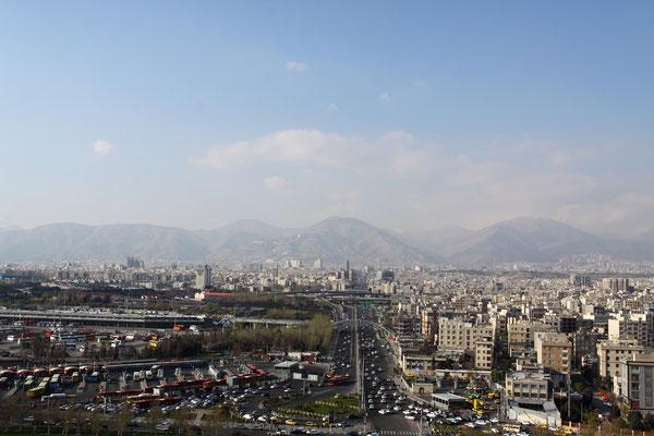Teheran liegt im Hintergrund des Elburz-Gebirges zu Füßen des 5670 m hohen Berges Damavand.
