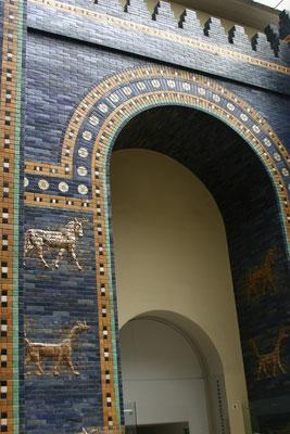 Das Ischtar-Tor – eines der Stadttore von Babylon – sowie die Prozessionsstraße wurde in seiner endgültigen Form unter der Herrschaft von Nebukadnezar II. (605–562 v. Chr.) errichtet.