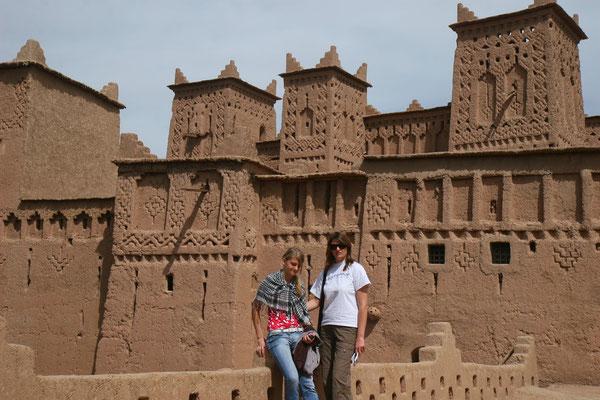 Farben und Form der Gebäude fügen sich zu herrlichen Landschaftsgemälden. Die in seiner Zeit erbauten Kasbahs thronen über den fruchtbaren Flussoasen.