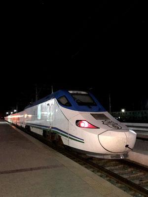 Ebenso der Hochgeschwindigkeitszug Afrosiab aus spanischer Produktion ist Teil des neuen, modernen Usbekistans. Mit 270 km/h fährt er in nur 2 Std. von Taschkent nach Samarkand.