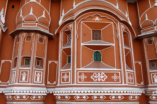 Detailansicht der Fassade; die kunstvoll ausgestalteten Fenster dienten allein dazu, den Haremsdamen den Ausblick auf die zu Ehren des Herrschers oder an religiösen Festtagen veranstalteten pompösen Festumzüge zu ermöglichen, ohne selbst sichtbar zu sein