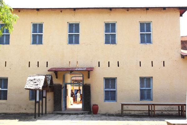 Changuu wurde von ihren Besitzern, zwei arabischen Sklavenhändlern als Gefängnisinsel benutzt, auf der sie die Sklaven züchtigten, bevor sie sie auf dem Sklavenmarkt verkauft wurden.
