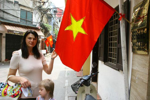 Willkommen in der Sozialistischen Volksrepublik Vietnam. Trotz jahrzehntelanger kommunistischer Staatsform ist Vietnam auf dem Sprung in das 21. Jhdt.