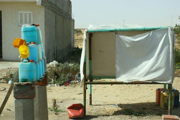"""Schwarze"" Tankstellen entlang der Hauptstraßen mit geschmuggeltem Benzin aus Algerien."
